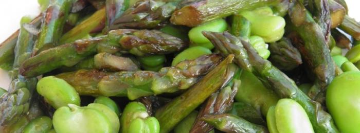 Poêlée d'asperges vertes et de fèves fraîches
